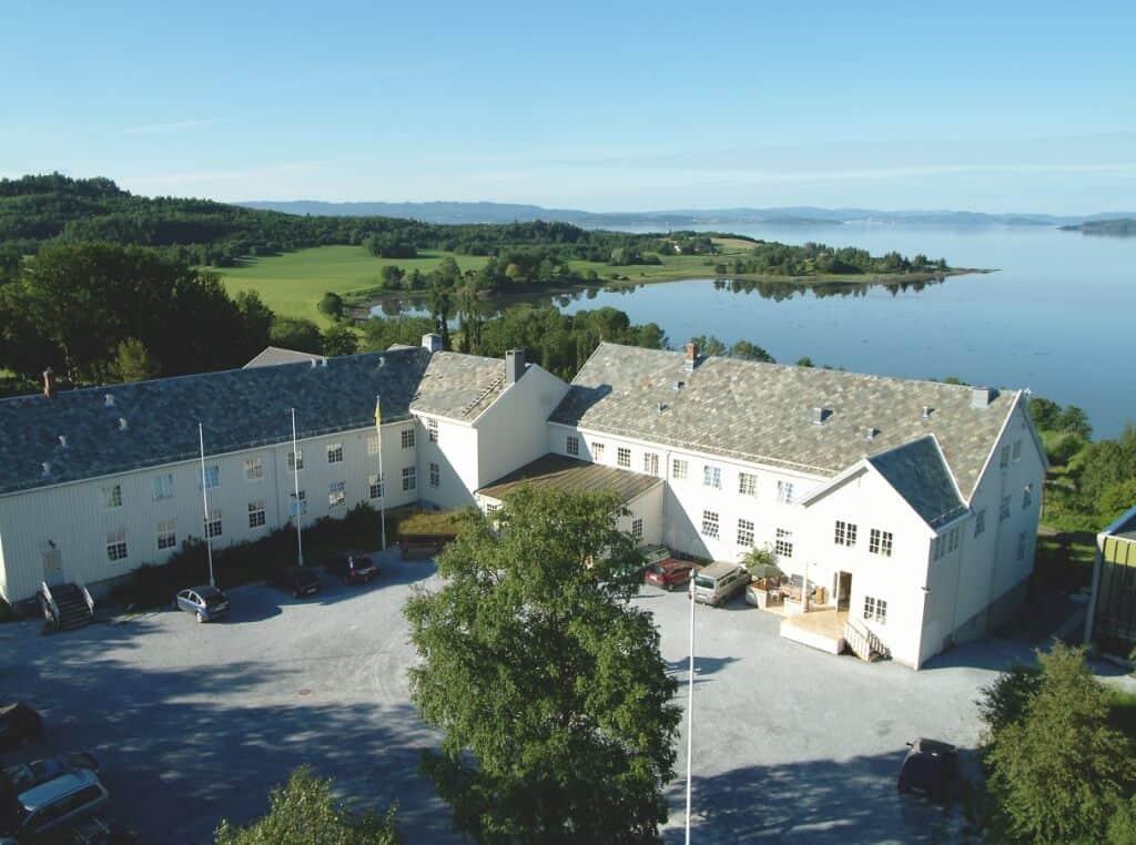 Sund folkehøgskole med utsikt over Trondheimsfjorden